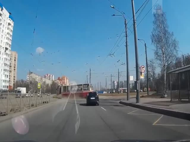 В Санкт-Петербурге трамвай сошел с рельс
