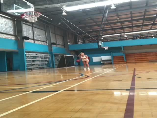 Очаровательная баскетболистка