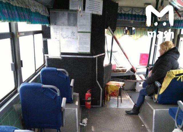 В Комсомольске-на-Амуре шлагбаум проткнул автобус и ранил пассажира (2 фото)