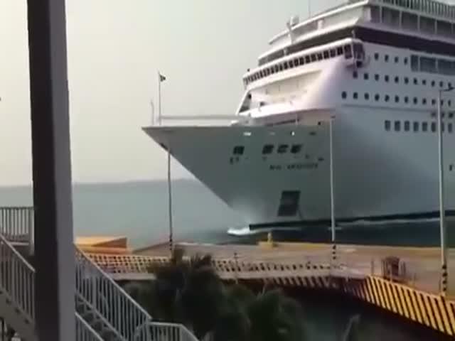 В Гондурасе круизный лайнер врезался в пирс