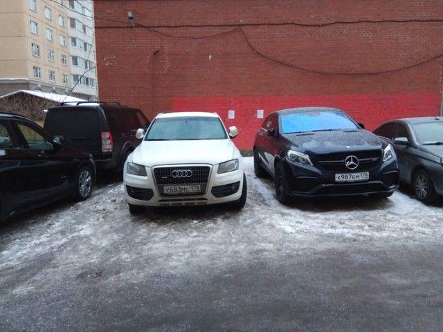 Захват территории общественной парковки (4 фото)