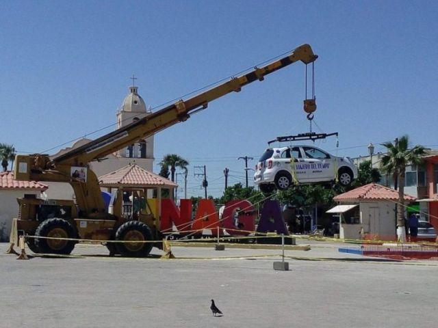В Мексике выигранный в лотерею автомобиль закопали под землю на 50 лет (2 фото + видео)