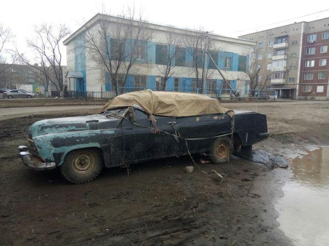 Уникальный автомобиль обнаружили во дворе дома (4 фото)
