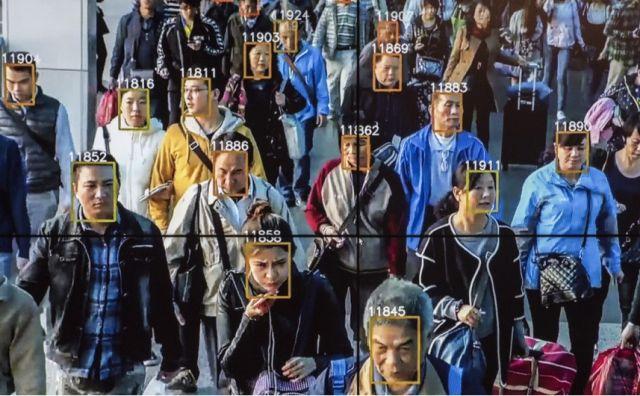 Китайская система распознавания лиц помогла задержать подозреваемого прямо на концерте (3 фото)