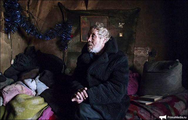 Как живет единственный житель заброшенного военного городка в Сибири (16 фото)