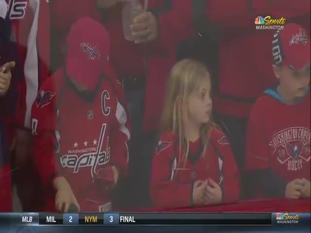 Маленькая болельщица получила подарок от хоккеиста Бретта Коннолли
