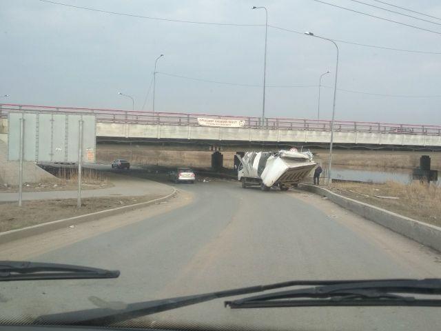 Очередное ДТП под низким мостом в Санкт-Петербурге (3 фото)