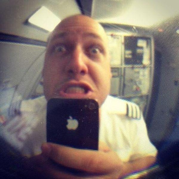 Британский пилот лишился работы из-за забавных фото и видео во время полета (5 фото)