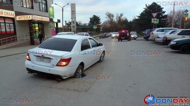 Дорожники закрыли канализационный колодец в Новочеркасске (4 фото)