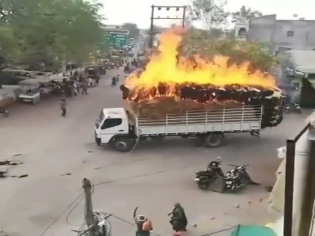 Огненный грузовик в Индии