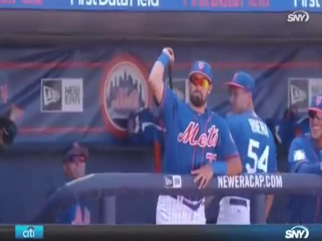 Бейсболист без труда поймал биту