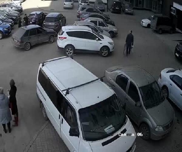 Трое парней избили водителя, сделавшего им замечание