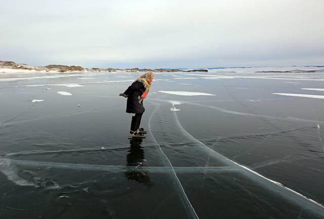 76-летняя сибирская пенсионерка любит кататься по Байкалу на коньках (6 фото + видео)