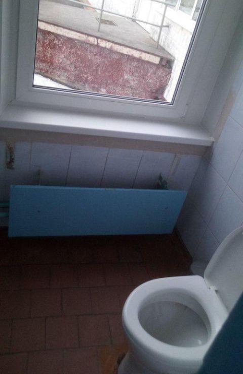 Когда в туалете мало света (2 фото)