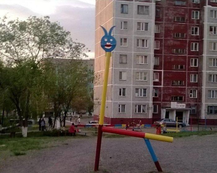 Сомнительные детские площадки (35 фото)