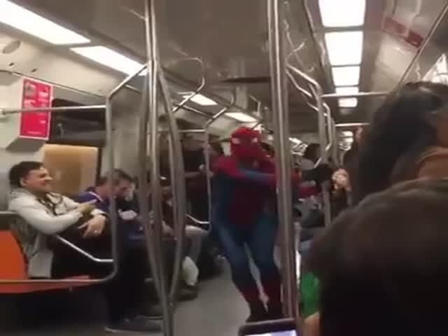Танец Человека-паука в вагоне метро