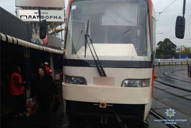 В Киеве пенсионерка получила двойной перелом во время поездки на трамвае (3 фото)