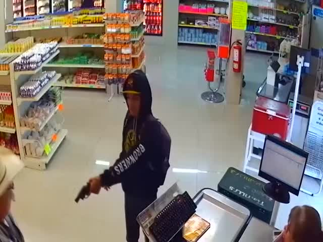 Посетитель магазина обезоружил грабителя