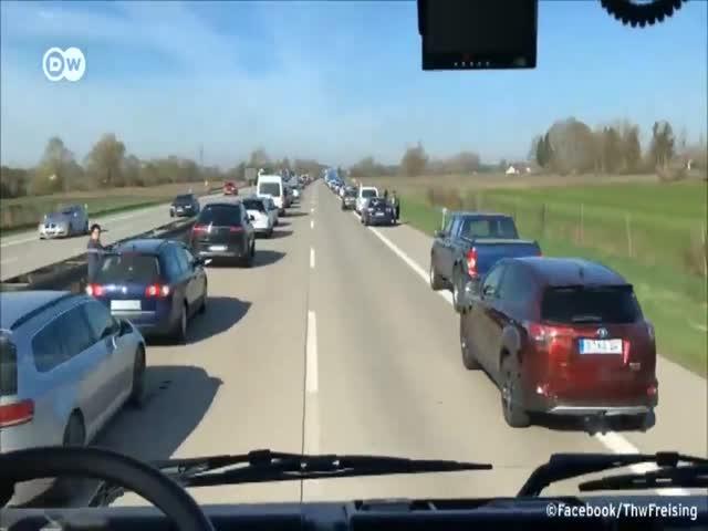 Немецкие автомобилисты помогли спецслужбам поскорее добраться на место аварии