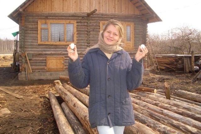 Девушки фотографируются в деревне (22 фото)