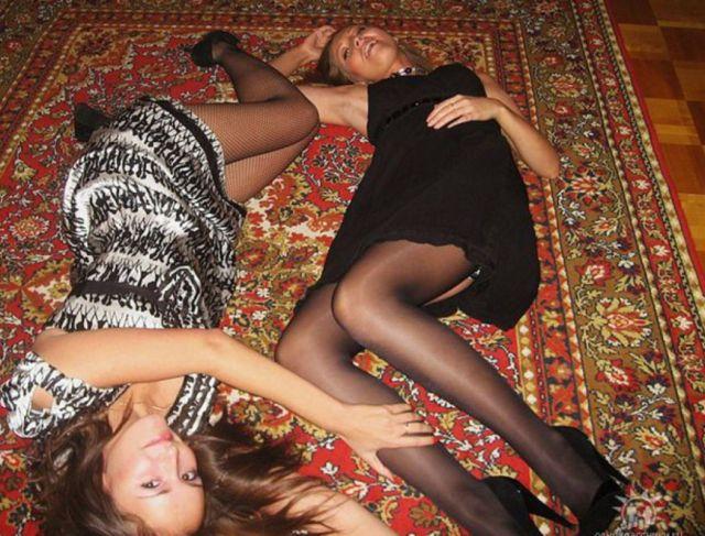 Девушки с коврами (22 фото)