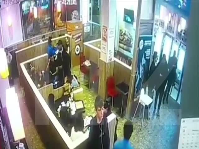 Охранник набросился на посетителя, который стал читать рэп в ресторане