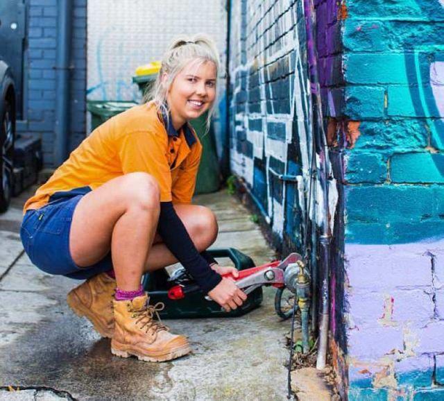 Кем работает эта блондинка? (5 фото)