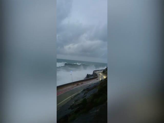 Гигантская волна накрывает дорогу