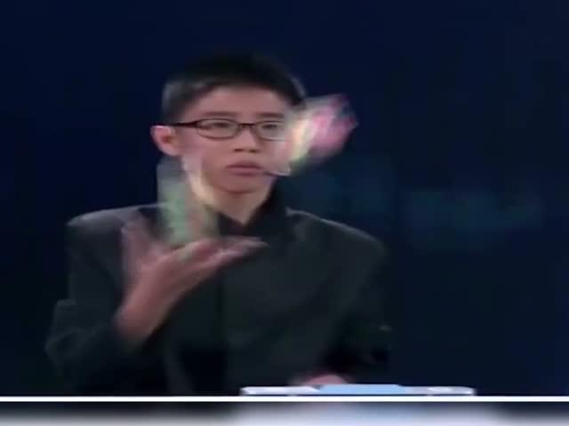 Мальчик собрал три кубика Рубика во время жонглирования