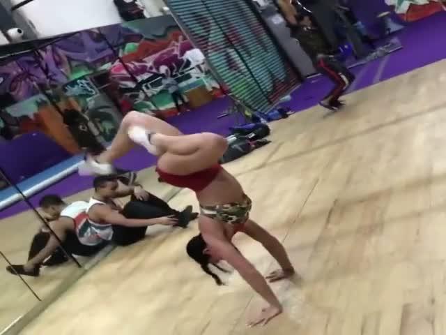 Девушка демонстрирует свои акробатические способности