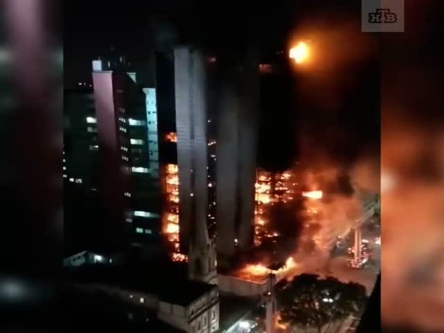 В Сан-Паулу рухнул горящий небоскреб