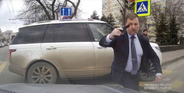Ростовский депутат Игорь Амураль с оружием в руках напал на автомобилиста (3 фото + видео)