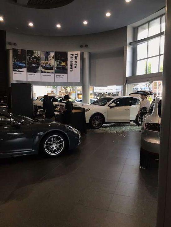 На Тайване обманутый клиент протаранил дилерский центр Porsche (3 фото + видео)