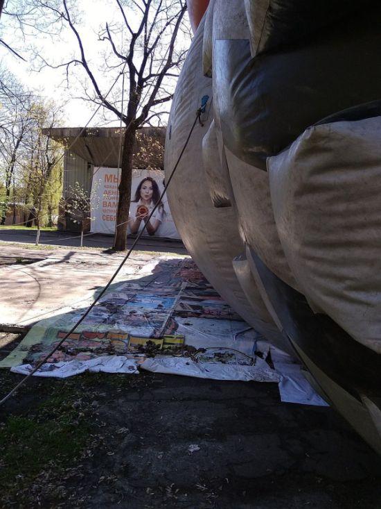 В Орле под надувной батут положили баннер с портретами ветеранов ВОВ (4 фото)