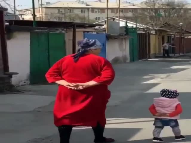 Внучка копирует походку бабушки