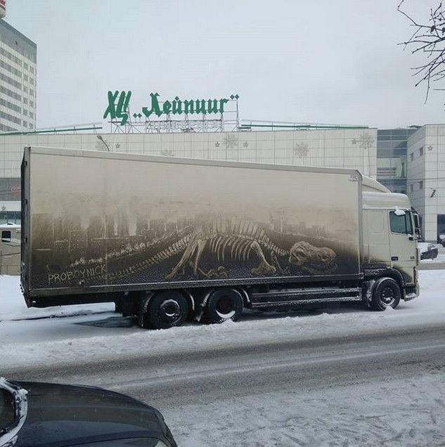 Рисунки на грязных грузовиках (11 фото)