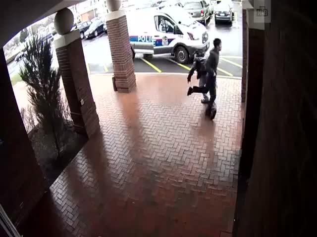 Прохожий помог полицейским задержать бандита
