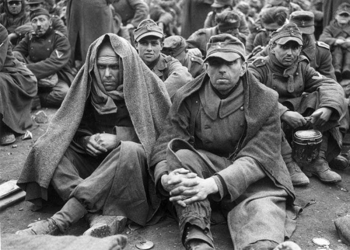 Нацисты сдаются в плен (35 фото)