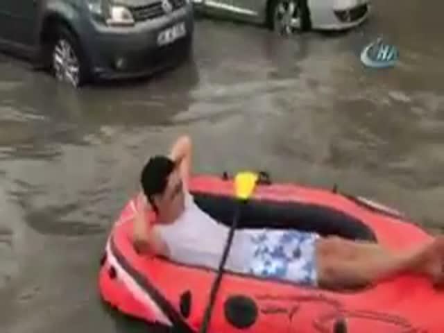 Парень решил покататься на лодке по затопленной Анкаре