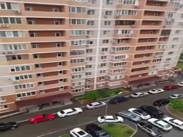 В Краснодаре парни пожарили шашлык на балконе