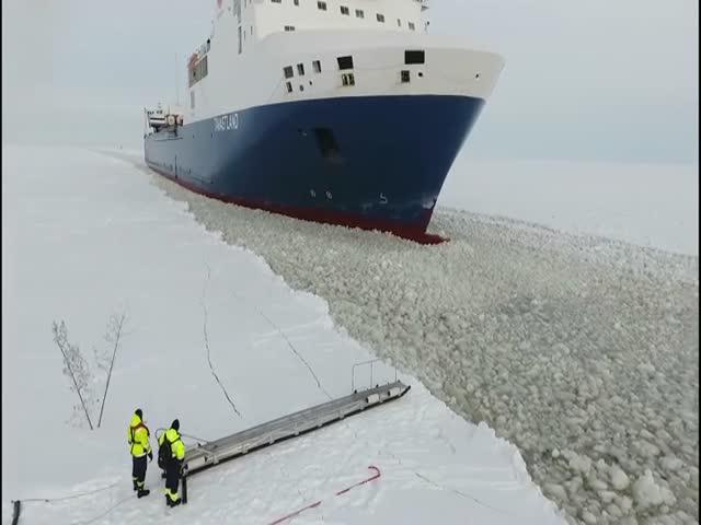 Необычный способ посадки на корабль