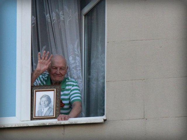 Ветеран ВОВ ежегодно встречал участников «Бессмертного полка» портретом матери (4 фото)