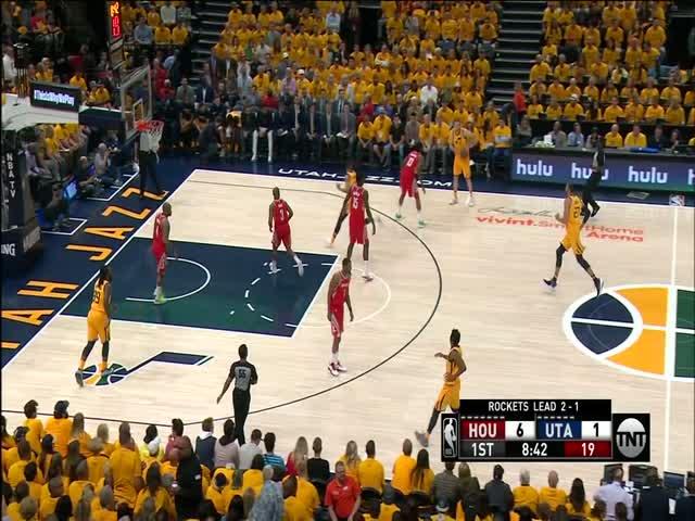 Эффектный прыжок на баскетбольном матче