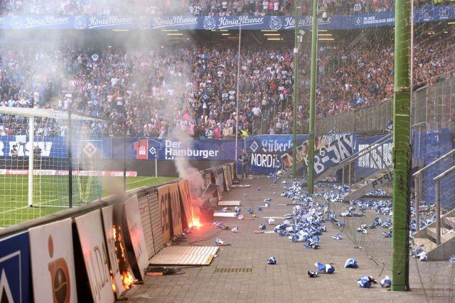 Фанаты ФК «Гамбург» устроили беспорядки после вылета из Бундеслиги (11 фото)