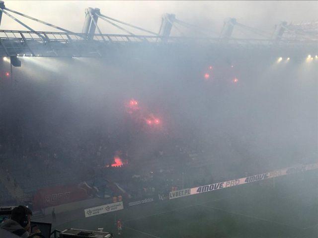 Польские футбольные фанаты случайно сожгли плакат «Мы никогда не сгорим» (4 фото + видео)
