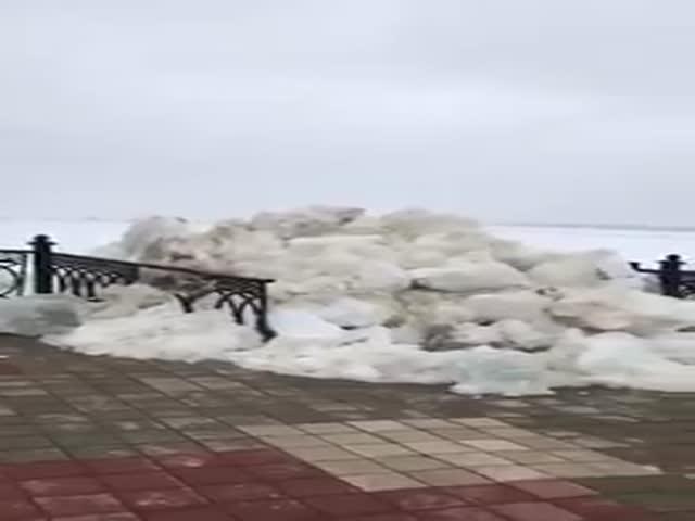 Последствия ледохода в Сургуте