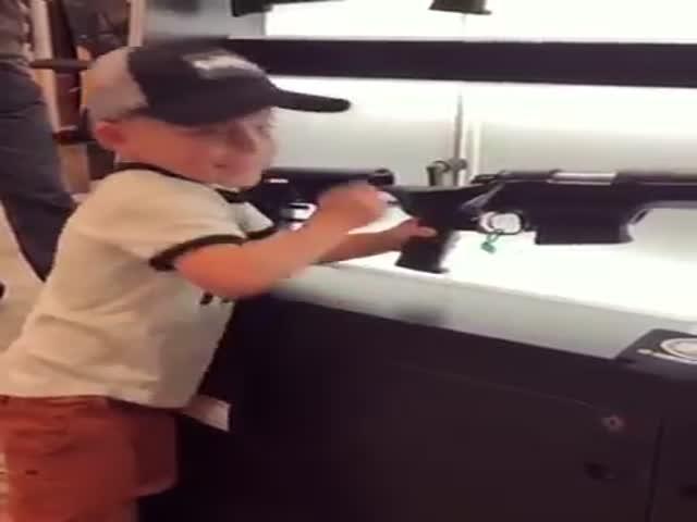 Маленький мальчик показал навыки владения оружием