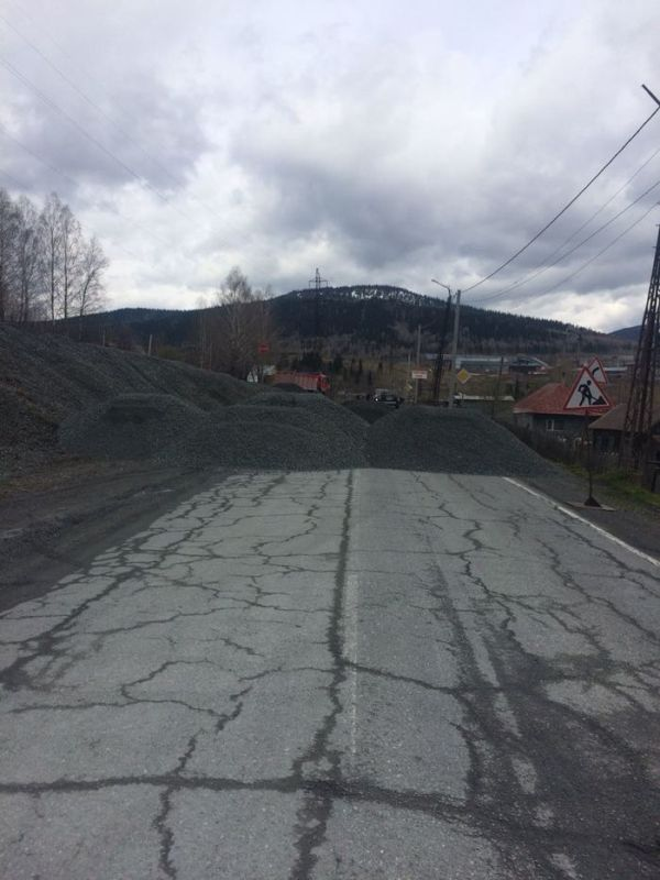 В Кемеровской области на дороги высыпают кучи щебня (8 фото + видео)