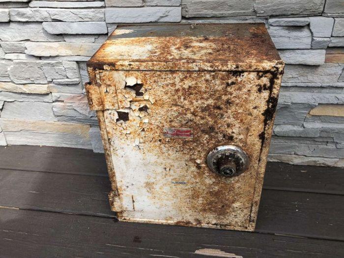 Американец откопал на заднем дворе сейф с деньгами и драгоценностями (3 фото)