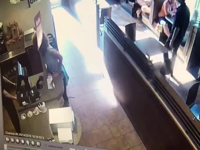 Неадекватная посетительница кафе